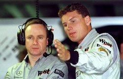David Coulthard egyeztet a McLaren istállóban