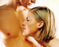 Nő férfitestet szagol
