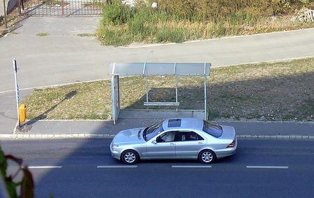 S-Mercedes áll a buszmegállóban