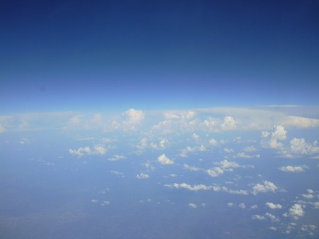 A felhők a repülőből fényképezve