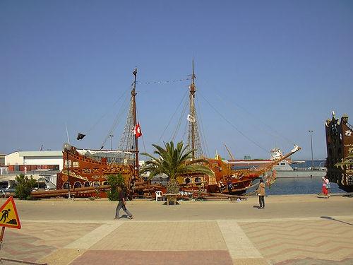 A kalózhajó még a part mellett