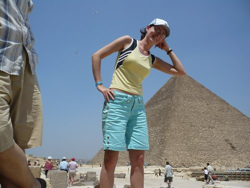 Noémi könyököl a piramis tetején, a távlat miatt úgy látszik