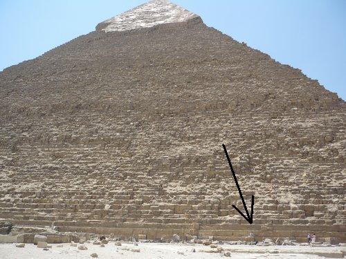 A tegnapi póz távolról: a piramis alján ülök