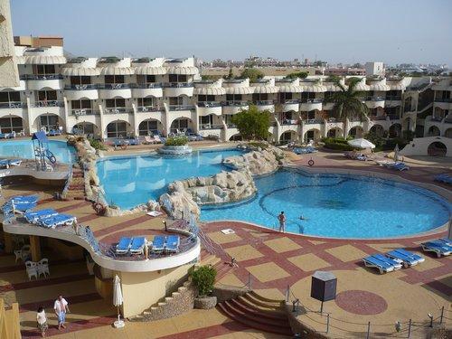 A Sea Gull szálloda medencéje nappal