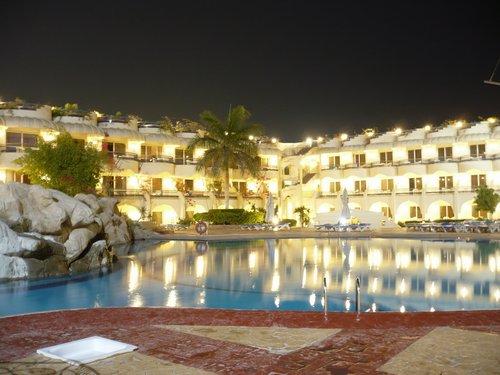 A szálloda medencéje éjszaka, kivilágítva