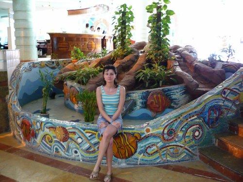 Noémi a szállodai vízesés előtt ülve