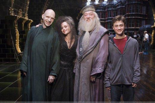 Voldemort, Beatrix, Dumbledore és Harry Potter mosolyog egymás mellett