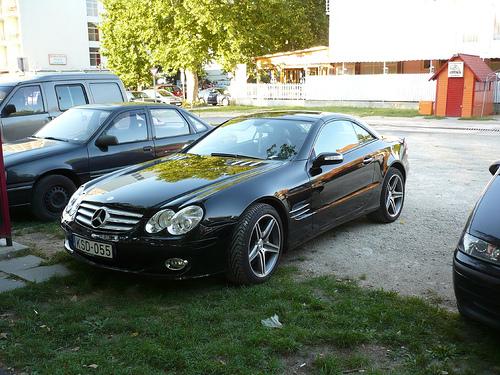 Mercedes SL a parkolóban