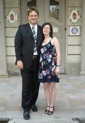 Noémi és én Ildiék esküvőjén az önkormányzat előtt