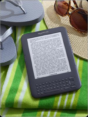 Amazon Kindle készülék egy asztalon