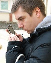 Ákos a telefonján SMS-eket törölget