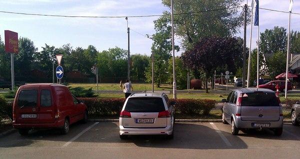 Az opeles a vonalon parkol, két helyet is elfoglal