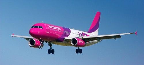 Rózsaszínű és lila Wzzair repülőgép