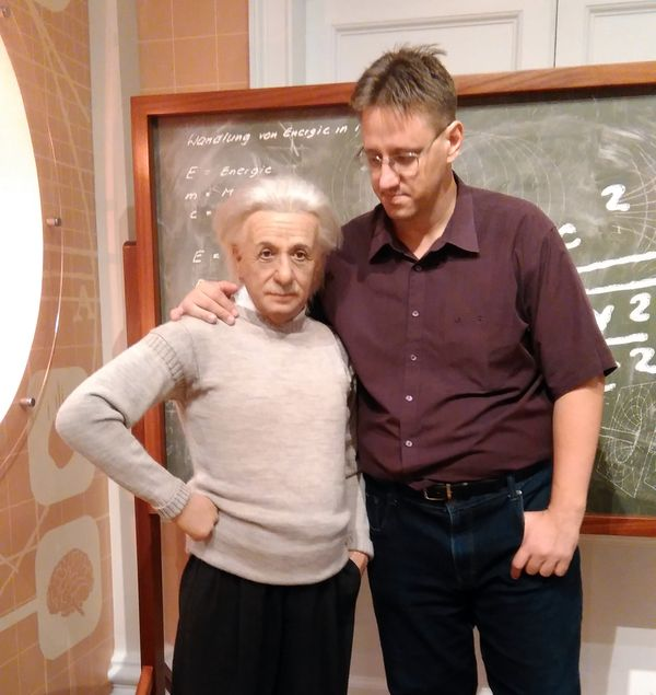 Einstein viaszfigurájával a Madame Tussaudban