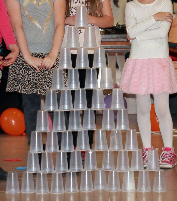 Magas piramis műanyag poharakból
