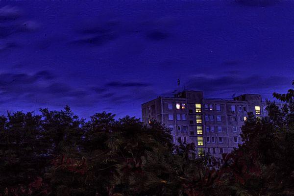 A szemközti panelház, este