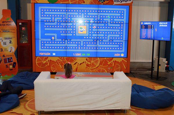 Zsófi óriási képernyőn játszik Pac Mant