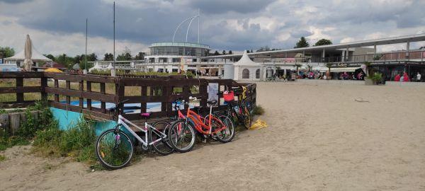 A biciklik letámasztva a Korzón